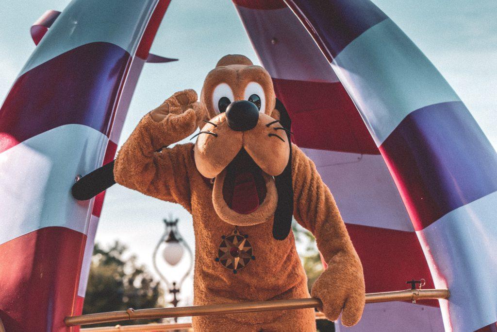goofy mascot in disneyland